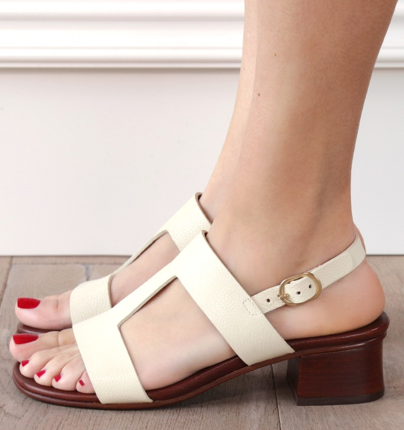 QUA-QBEC-C OFF-WHITE CHiE MIHARA sandals
