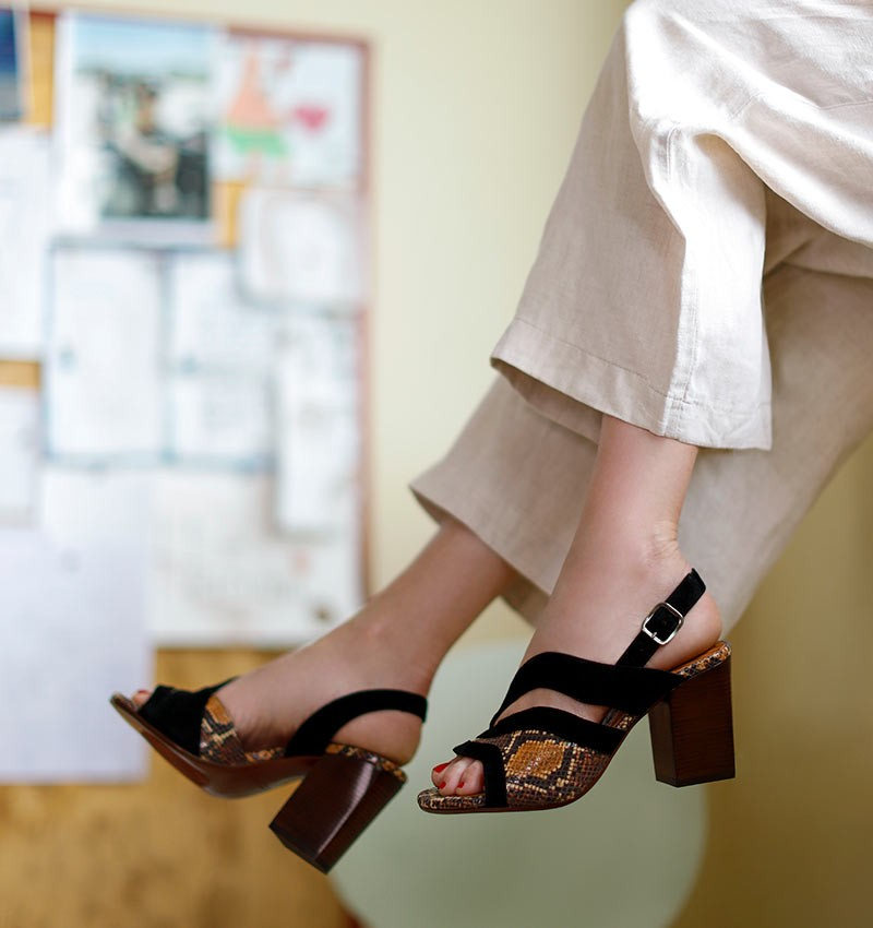 KORINA-C BROWN CHiE MIHARA sandals